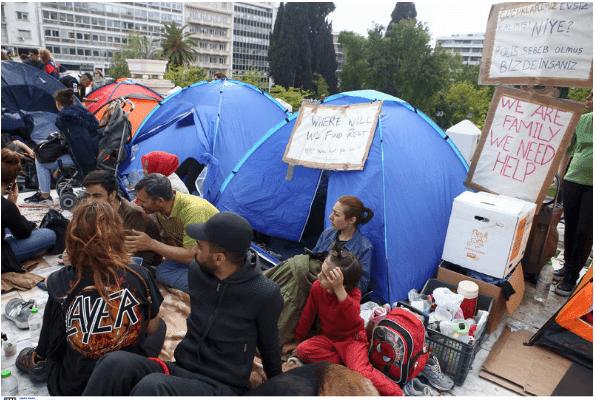 Πρόσφυγες κατασκήνωσαν στο Σύνταγμα -Αστεγοι μετά το «ντου» της ΕΛΑΣ στα Εξάρχεια [jεικόνες]