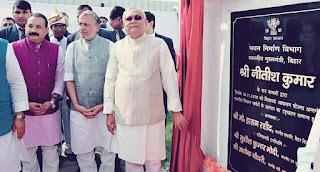 शिलापट का अनावरण करते मुख्यमंत्री नीतीश कुमार