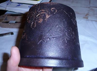doniczka w trakcie nakładania pasty strukturalnej na powierzchni
