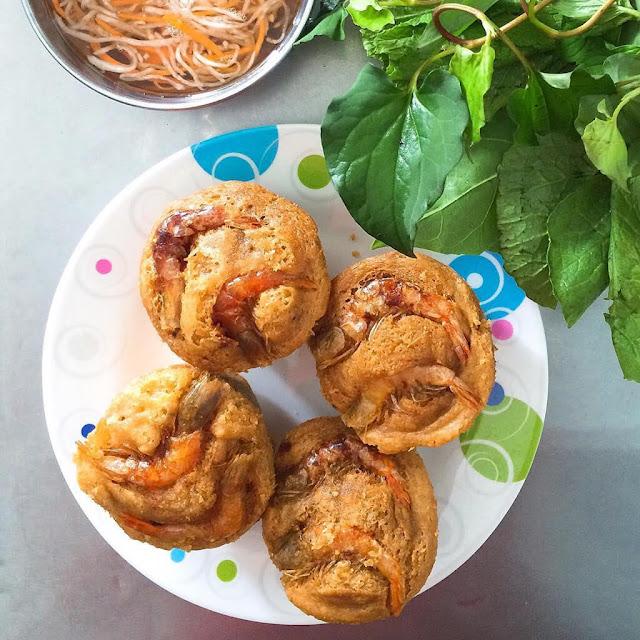 Bánh ban đầu có tên là bánh Sển hoặc Sài Cá Nại (là tiếng Khmer), tuy nhiên vì tên không dễ nhớ nên được gọi là bánh Cóng cũng là để chỉ hình thức bánh được đổ vào Cóng. Tên bánh ngồ ngộ mà dụng cụ làm bánh – chiếc Cóng cũng ngộ không kém. Chiếc Cóng có dáng tựa như phin cà phê có tay cầm dài như vá múc canh để cầm cho người chiên bánh đỡ nóng.