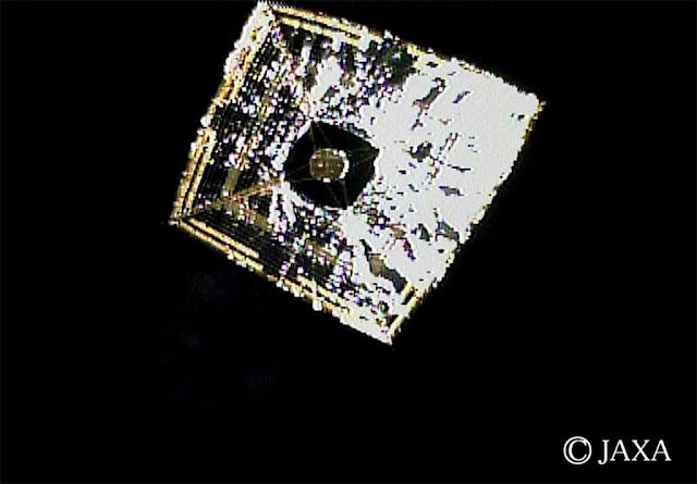 Sonda japonesa IKAROS movida a vela solar fotografada logo após sua decolagem em 14 de junho de 2010