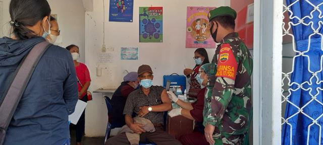 Melalui Koramil 07/Pasar Baru Jajaran Kodim 0207/Simalungun Dampingi Pelaksanaan Vaksinasi Kepada Lansia