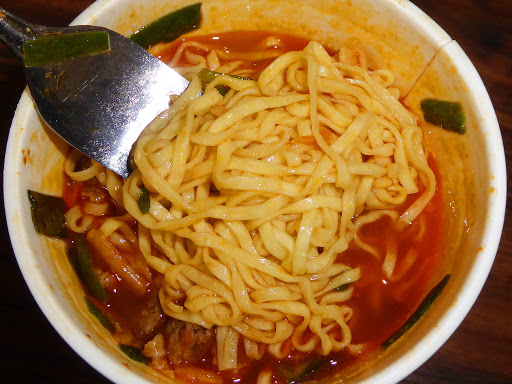 【NISSIN(日清食品)】カップヌードル 謎肉キムチ