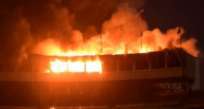 Todo el Séptimo Cielo del Estadio Quisqueya está quemado
