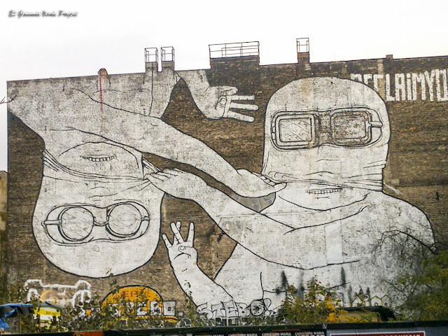 Mural 'Brothers Upside...' de Blu y JR - Berlin, por El Guisante Verde Project