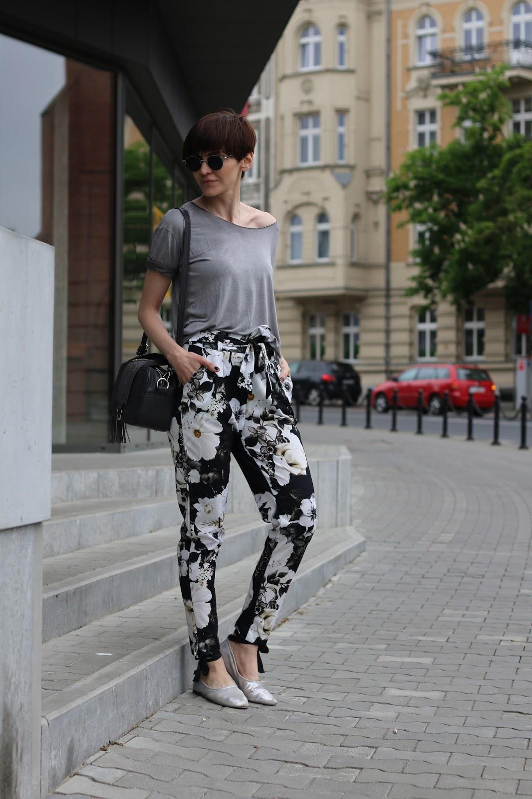 Kwieciste spodnie z wysokim stanem w codziennej stylizacji