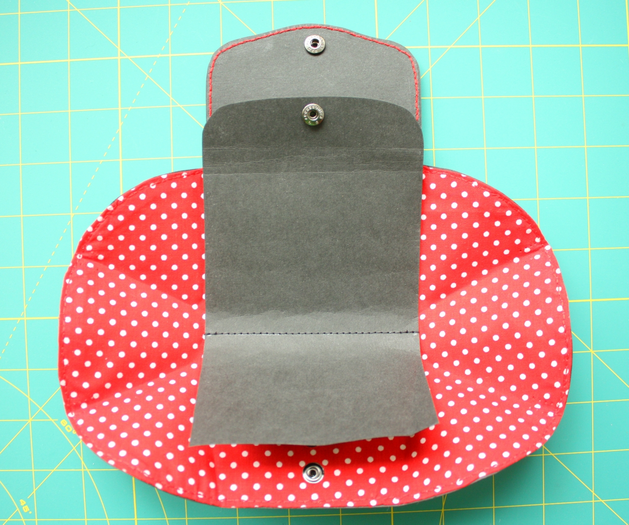 Coin purse made from Kraft-Tex paper. DIY tutorial in pictures.