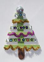 mini arbol de navidad con palitos de madera reciclados
