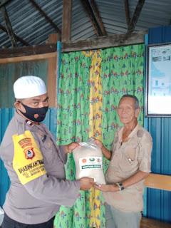 Berbagi ditengah Pandemi Covid 19 Bhabinkamtibmas Pulau Barrang Lompo Salurkan Bantuan Sembako Beras