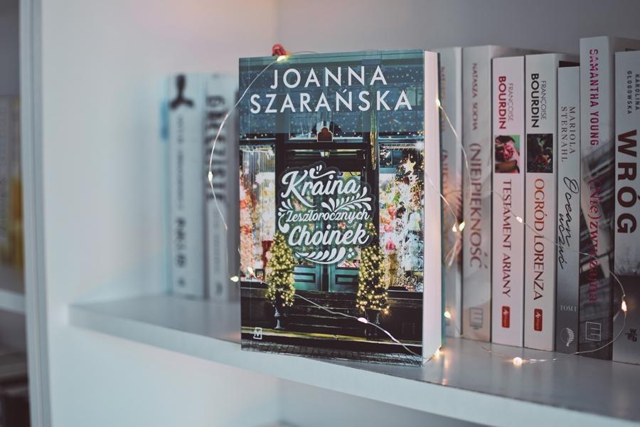 xmassbook,motywświąt,świątecznie,JoannaSzarańska, KrainaZeszłorocznychChoinek,WydawnictwoCzwartaStrona,zima,śnieg,losykilkuosób