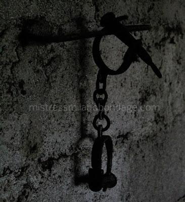 manette nella cella di detenzione di mistress milano bondage blog