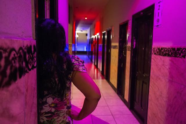 """Denise Souza é belo-horizontina, mas só pisou na rua dos Guaicurus, no baixo-centro da capital mineira, recentemente, aos 39 anos de idade. Acabou conhecendo a região porque conseguiu trabalho por lá. Quem sabe da fama da rua deve supor que ela se tornou prostituta. Nenhum problema com isso, mas Denise é gerente de três hotéis """"sobe e desce"""". Aos que desconhecem a expressão, ela vem de uma característica comum da rede hoteleira da rua: as longas e gastas escadarias, nas quais homens enfileirados sobem e descem o dia inteiro, de segunda a segunda, à procura de sexo. O valor do programa começa por R$ 15 e alguns duram menos de 10 minutos."""