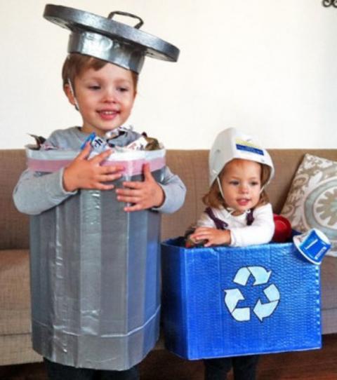 disfraz de mal gusto, niños disfrazados de basura ( reciclaje, eso sí)