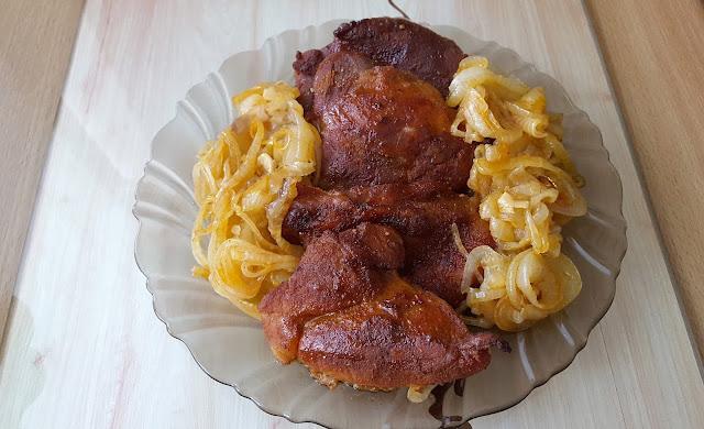 Łopatka z cebulką zapiekana w piekarniku.