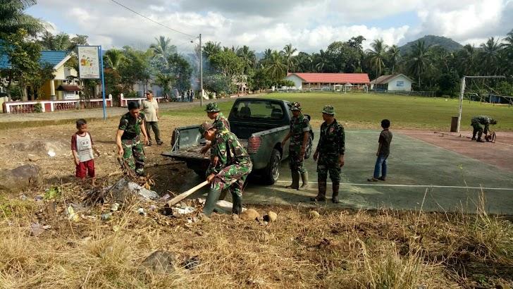 Personel Dan Warga Persiapkan Lapangan Upacara Pembukaan TMMD 105 Kodim 1424/Sinjai
