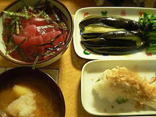 夕食の献立 鉄火丼 カブの葉とナスの浅漬け 豚汁 エノキおろし