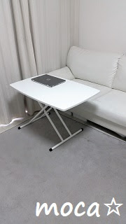 リフティングテーブルとソファ