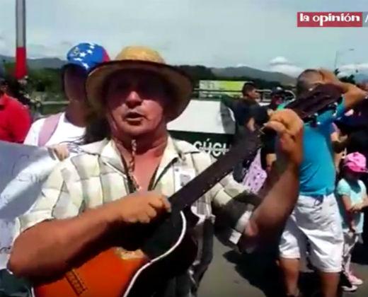 ¡MUEVE EL ALMA! Este venezolano cruzó la frontera entonando nuestra música llanera (+Video)