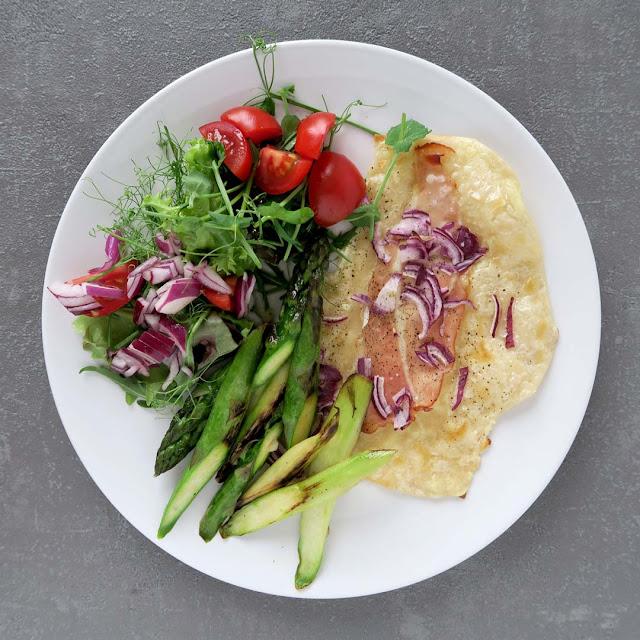 Flammkuchen mit Salat und gebratenem Spargel | pastasciutta.de