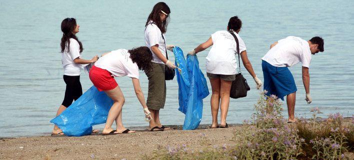 Σχεδόν 3 τόνους σκουπίδια άφησαν πίσω τους οι τουρίστες στη Χαλκιδική