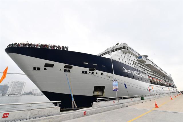 Tàu khách Quốc tế Hạ Long