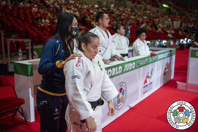 Maria Portela recebendo instrução da treinadora Rosicleia Campos na disputa por equipes mistas do Mundial de judô 2021