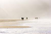 Gente paseando en la playa