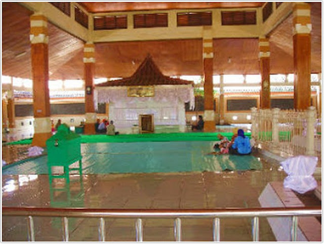 Religi Makam Troloyo;Destinasi Wisata Mojokerto