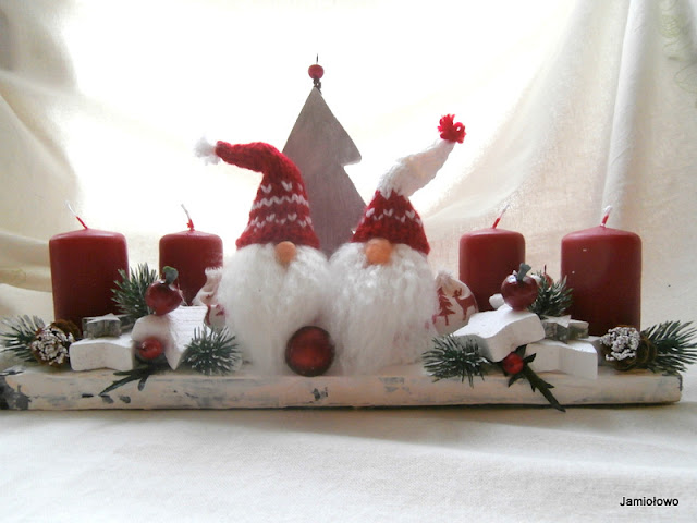 świąteczny stroik z krasnalami