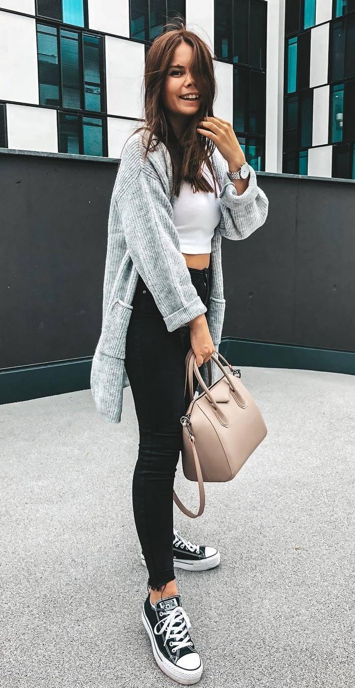 comfy fall outfit / knit cardi + crop top + bag + converse + black skinnies