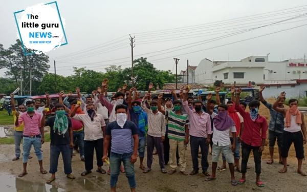 ई-रिक्शा चालकों ने एनएच जाम कर विरोध प्रदर्शन किया