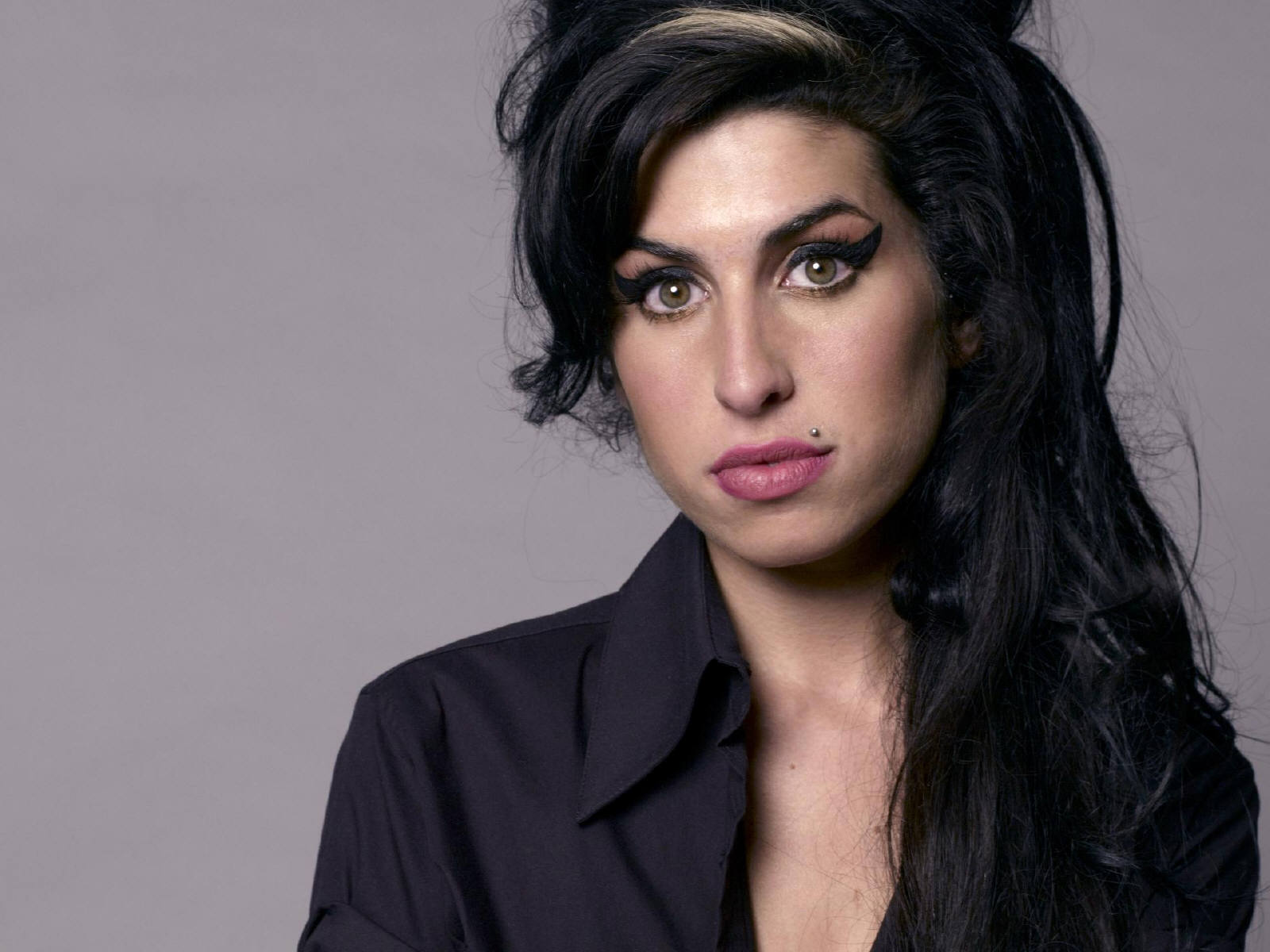 https://1.bp.blogspot.com/-FejkgcJbLdU/TitwA4LGlZI/AAAAAAAAAfg/oQ-rwRcFQ44/s1600/Amy_Winehouse_0020_1600X1200_Wallpaper.jpg