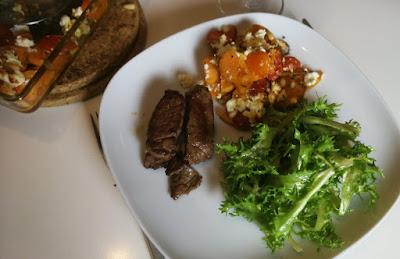 Süßkartoffel-Auflauf mit Tomaten und Feta zu grünem Salat und Rinderfiletstreifen