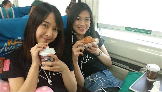 Erika Kuswan Desy JKT48 Kereta Api Jogja.jpg