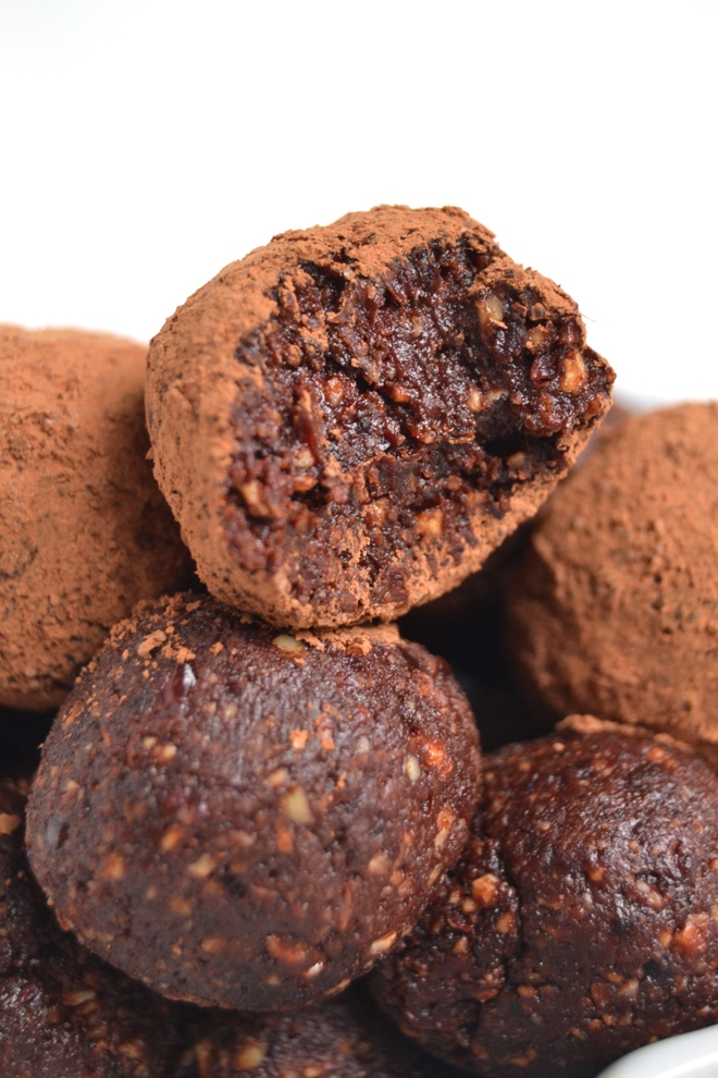 Chocolate Cherry Truffles are a healthier dessert that still taste indulgent. Super easy to make and only 5 ingredients! Packed with protein rich nuts, dark chocolate cocoa powder and tart dried cherries. www.nutritionistreviews.com