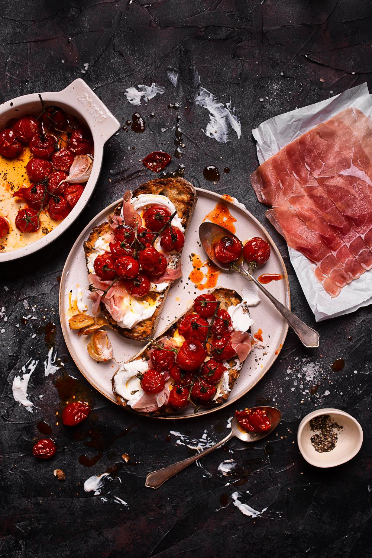 Grzanki z pieczonymi pomidorkami, szynką i ricottą