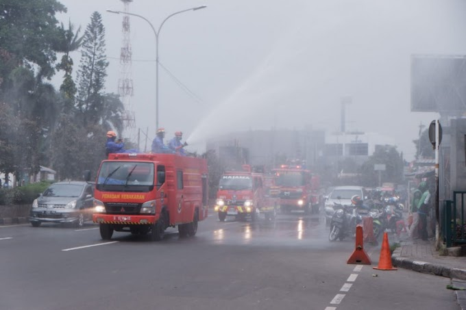 Damkar Semprotkan Disinfektan di Jalan Margonda