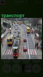 идет транспорт на городских улицах, в середине трамвай