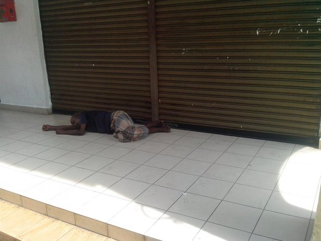 Человек спит на полу