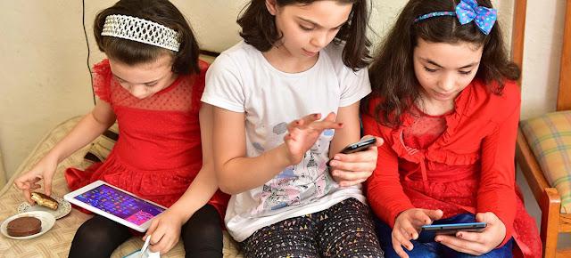 Niñas usando sus dispositivos digitales en Turquía.UNICEF/Olcer