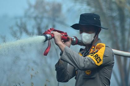 5 Haktare Lahan Terbakar di Tempuling, Kapolres Inhil Ikut Lakukan Pemadaman