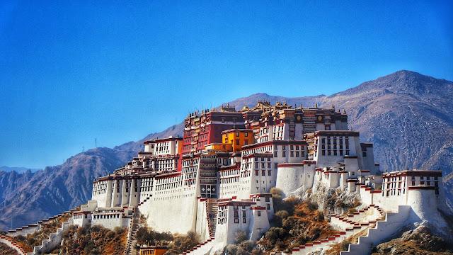 Tọa lạc trên đỉnh Hồng Đồi tại thành phố Lhasa, Tây Tạng là cung điện nổi tiếng mang tên Potala. Cung điện cao 117m với 13 tầng trên độ cao 3.600m so với mực nước biển được xây dựng tỉ mỉ, công phu bậc nhất tại Tây Tạng. Trước kia, đây là nơi sinh sống của 14 đời Đạt lai Lạt ma, những người được coi như lãnh tụ về mặt tinh thần của người dân vùng đất Tây Tạng.