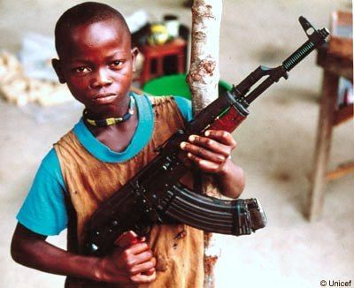 Anak Afrika memanggul AK-47