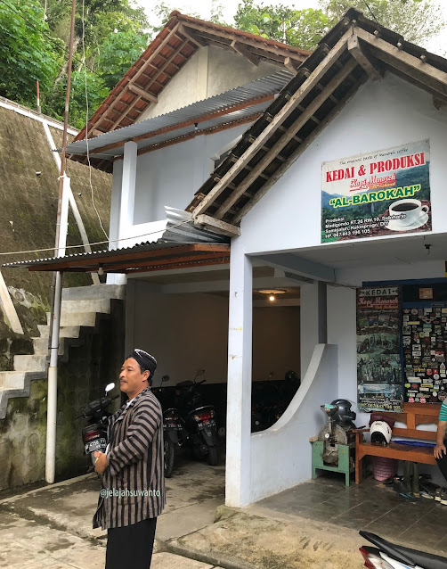 Pak Rohmat pemilik Kedai & Produksi Kopi Menoreh Pak Rohmat ©JelajahSuwanto
