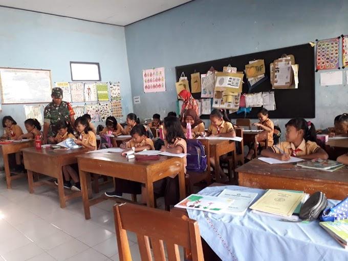 Peltu Sudarmono Koramil 0808/18 Panggungrejo Wasbang SDN Margomulyo 3