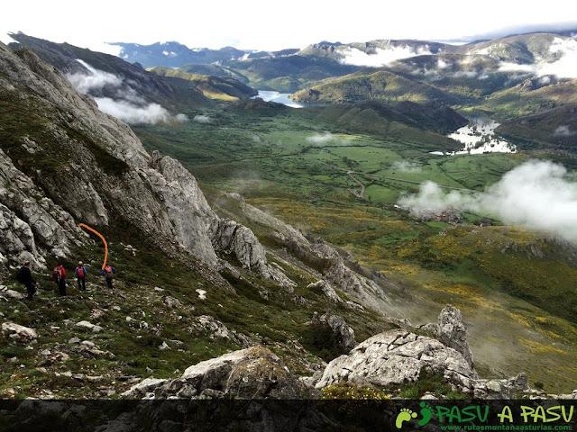 Bajando para buscar canaleta al alto de la sierra