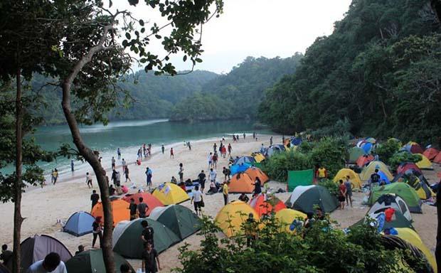 Panorama Hutan Tropis dan Hamparan Pasir Putih yang Eksotis di Pulau Sempu Malang