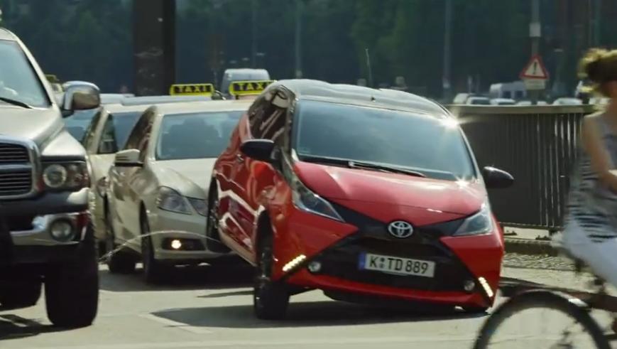 Απίστευτο γέλιο! Δείτε τί κάνει αυτό το Toyota Aygo!