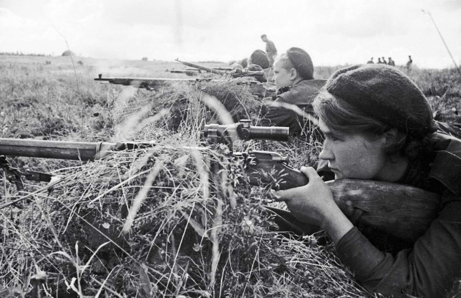 Sniper Lyuba Makarova on the Kalinin front. 1943.