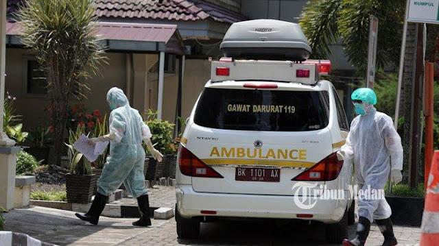 Petugas medis membawa Pasien Dalam Pengawasan (PDP) COVID-19 ke dalam ruang infeksius RSUP Adam Malik, Medan, Sumatera Utara, Rabu (18/3/2020)